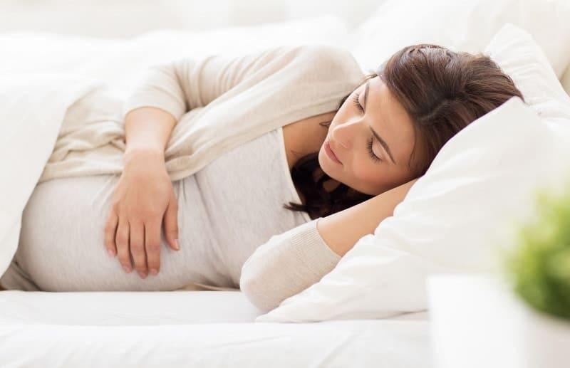 روش صحیح خوابیدن در دوران بارداری