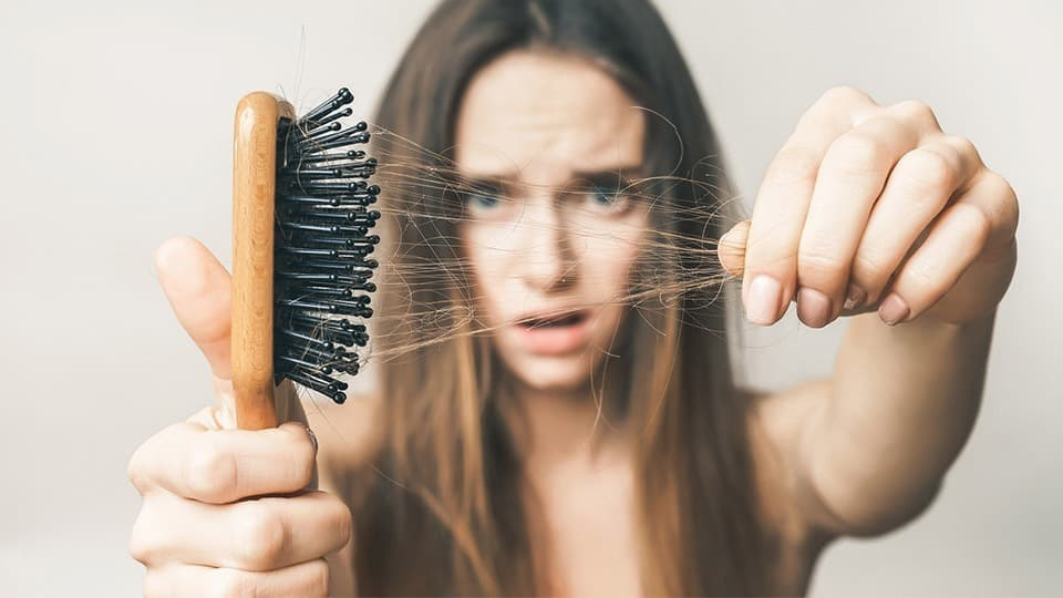 ریزش مو از عوارض کمبود ویتامین ب است