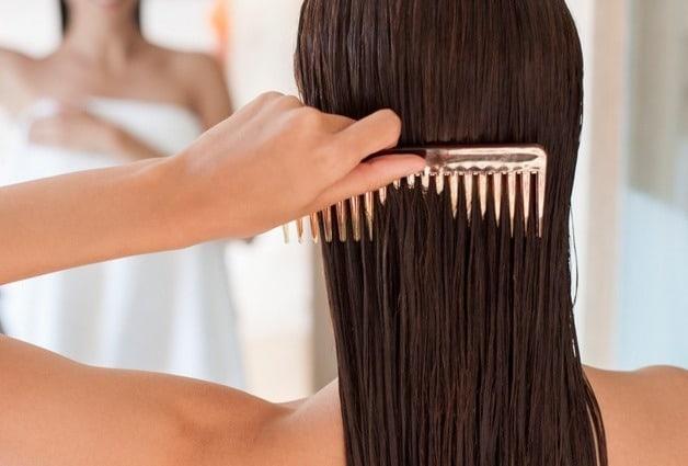 روش صحیح برس زدن موی مرطوب