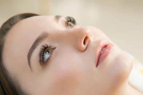 زیبایی چشمها با مراقبت از مژهها و کاشت مژه