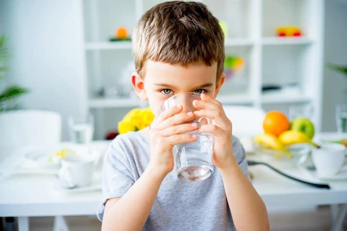 برای درمان یبوست روز خود را با نوشیدن آب آغاز کنید.
