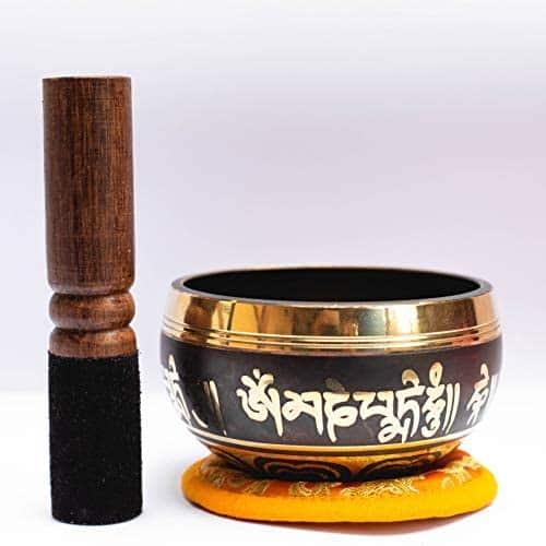 کاسه آوازه خوان ساخته شده دست با مالچ چوبی و کوسن برای یوگا