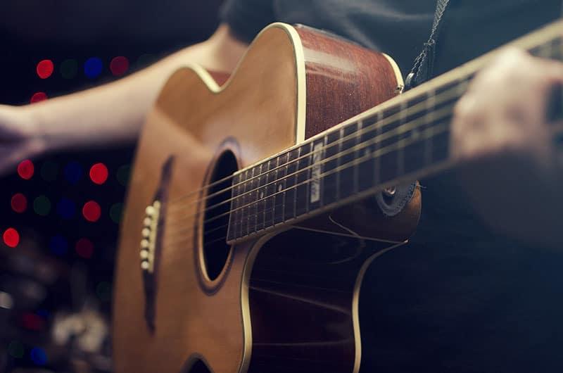 نواختن گیتار برای تقویت هوش