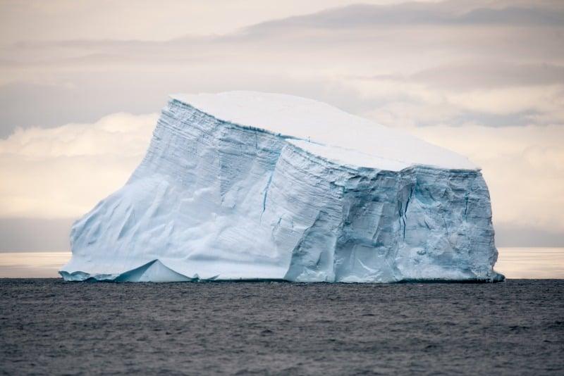 کوههای یخی از عجایب زندگی در قطب